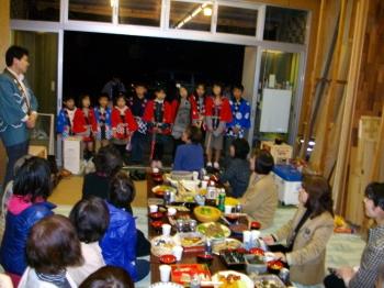 宴の場での一本杉町の子供らの紹介風景
