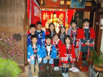 一本杉町の子供ら 人形宿で記念撮影