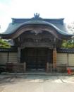 富樫敬典(住職) 写真は光徳寺正門