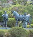 小丸山城址公園内に立つ「利家とまつ」の銅像です。